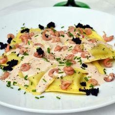 Ravioli au saumon fumé et mozzarella, sauce au porto rouge et crevettes grises…
