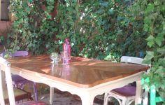 Restauramos esta bellisima mesa francesa, Lustramos su tapa enchapada en color nogal y pintamos las patas en color marfil.