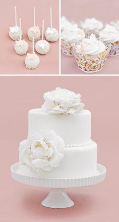 Kleine zweistöckige Hochzeitstorte aus Fondant in Weiß mit Perlendekor und echten Blüten bei www.weddingstyle.de| Foto: Katharina Wergen
