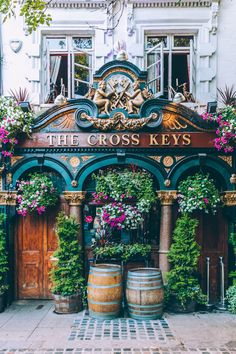 There are around pubs in London and The Cross Keys, in Covent Garden, has … - travel bucket lists Pubs In London, London Places, London Covent Garden, Streets Of London, Pretty Photos, Cool Photos, Beautiful Buildings, Beautiful Places, Places To Travel