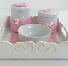 kit de higiene para quarto de bebê. <br>- Bandeja com 2 potes e 1 tigela. <br>Bandeja em MDF pintada de branco, com fundo em crochê e vidro. <br>Potes em louça com detalhes em crochê.