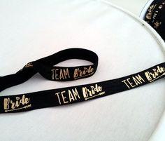 *Team Bride*-Falzgummi schwarz mit goldene, Schriftzug 'Team Bride'  Perfekt für…