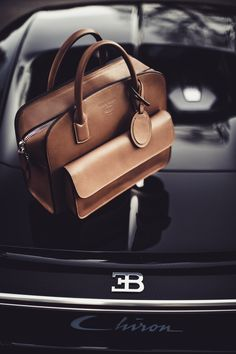 Handbags & Wallets - Collection Giorgio Armani for Bugatti - How should we combine handbags and wallets? Fashion Handbags, Tote Handbags, Purses And Handbags, Fashion Bags, Leather Handbags, Leather Bag Men, Dkny Handbags, Dope Fashion, Green Leather
