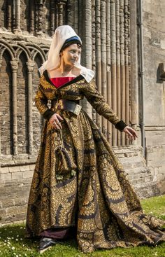 A late medieval ( second half of 15th century) Burgandian gown in Memling Brocade, lined with silk, trimmed with silk velvet - handstitched. by Prior Attire