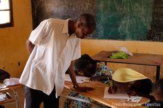 SÉNÉGAL :«UNE GRANDE MURAILLE VERTE» CONTRE LA DÉSERTIFICATION AU SAHEL - À mesure que le Sahel s'assèche, les villages sont désertés et l'écosystème menacé. Afin de lutter contre la désertification qui frappe le Sahel et ses conséquences sur la population locale, 11 pays d'Afrique se sont rassemblés en 2004 pour prendre en main ce défi écologique majeur avec la «Grande Muraille Verte». Cette ceinture végétale multi-espèces a pour ambition de traverser le continent africain de Dakar à…