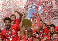 O zagueiro brasileiro Luisão levanta a taça do tetra do Português para o Benfica