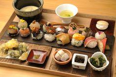 老舗の商店などが軒をつらねる京都・烏丸御池界隈に、一口サイズのかわいらしい手鞠鮨と香り豊かな宇治茶のお店、「手鞠鮨と日本茶 宗田」はあります。京のエッセンスが光る和モダンな空間で、旬を取り入れた京風料理をお茶とともにゆったりといただきましょう。 Home Recipes, Cooking Recipes, Tasty, Yummy Food, Aesthetic Food, Japanese Food, Food Photo, Food Dishes, Sushi