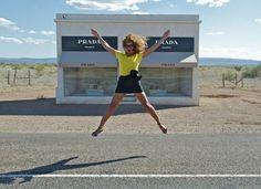 Una tienda Prada en medio de la nada. http://www.cincuentamas.com/2013/09/una-tienda-prada-en-medio-de-la-nada/