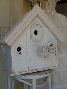 Another gorgeous shabby chic birdhouse by Mammabellarte ~ love the details