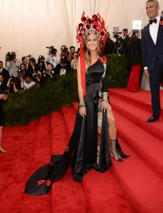 Sarah Jessica Parker made quite an entrance at the 2015 Met Gala in an asymmetric black satin dress with a patchwork fabric trim by H&M, and a custom Philip Treacy headpiece based on a traditional Chinese bridal design. Gala Dresses, Satin Dresses, Nice Dresses, Gowns, Sarah Jessica Parker, Kim Kadashian, Black Satin Dress, Costume Institute, Cosplay