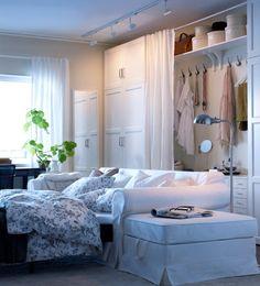 Uitgetrokken EKTORP slaapbank met voetenbank als nachtkastje...kast met gordijnen