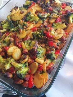 Een heerlijke ovenschotel, met een kant en klaar sausje is soms ideaal en lekker snel te gebruiken. Afgelopen week maakte wij deze ovenschotel en hij viel erg goed in de smaak!! Lekker met verse groentes en kipfilet. Benodigdheden: 1 broccoli … Lees verder Easy Cooking, Healthy Cooking, Cooking Recipes, Quick Healthy Meals, Easy Meals, Healthy Recipes, Low Carb Brasil, Oven Dishes, Happy Foods