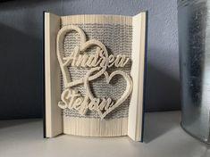 Ein gefaltetes Buch ist sowohl ein tolles, persönliches Geschenk, als auch eine schöne Dekoration für das eigene Zuhause. --------- Es handelt sich um gut erhaltene gebrauchte Hardcover-Bücher. Die Farbe des Einbands und die Höhe ist verschieden. Jedes Buch wird mit Schmuckecken versehen. Die Namen Valentines Day Birthday, Book Folding, Wedding Book, Easter Gift, Book Gifts, Own Home, Love Heart, Wedding Engagement, Book Art