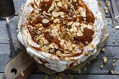Snickerspavlova med salt karamell og nøtter – Ida Gran-Jansen