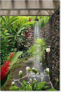 Duchas al aire libre. ¿Por qué no ducharse en el jardín? Rodeados de plantas y vegetación, aunque sólo sea para darnos un refrescante chapuzón vestidos con nuestros trajes de baño. Además, si estamos trabajando en nuestras plantas, cortando el césped o incluso tomando el sol, puede ser un elemento imprescindible que nos ayudará a entrar completamente limpios en nuestra casa. Sin hablar de que podrían ser el cuarto de baño perfecto para que nuestras mascotas pudieran disfrutar de un buen baño…