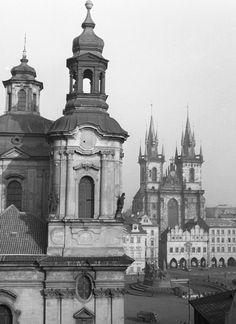 Týn a část kostela sv.Mikuláše (790-2) • Praha, 1959 • | černobílá fotografie, věž, Staroměstské náměstí, Týnský chrám, Kostel sv.Mikuláše |•|black and white photograph, Prague|