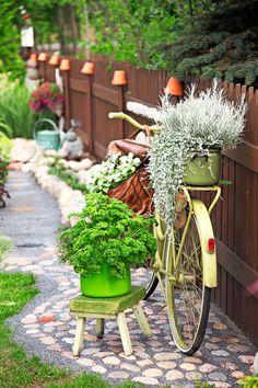 Humoristinen kierrätyspuutarha - A Playful Recycled Garden Text Heidi Haapalahti, photos Juha Juntto www.viherpiha.fi
