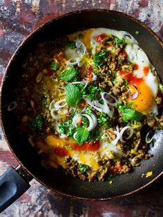 kořeněné hovězí s vejci Foodies, Menu, Drink, Ethnic Recipes, Image, Menu Board Design, Beverage, Drinking