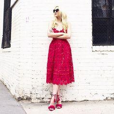 vestido vermelho com sandália aquazurra vermelha
