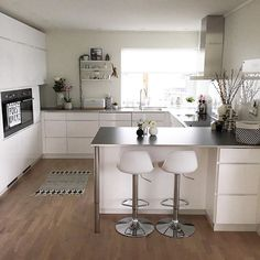 Kitchen- maybe need the breakfast bar cupboards tonne drawers that open from the left/entrance to kitchen square .Have a lovely Sunday Grått og trist vær ute ☔️ fint å være inne Min Living Room Kitchen, Home Decor Kitchen, Interior Design Kitchen, Home Kitchens, Small Kitchen Diner, Kitchen Layout, New Kitchen, Cuisines Design, Küchen Design