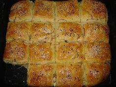 Bizony, egy éve már annak, hogy Chef Viki blogján megláttam a juhtúrós-kolbászos kombe receptjét. Ott azonnal felkiáltottam, hogy ezt én is - aztán... Salty Snacks, Hungarian Recipes, Garlic Bread, Hot Dog Buns, Meat Recipes, Biscuits, Appetizers, Food And Drink, Pizza