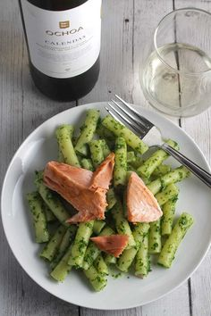 Pasta tossed with zesty pesto and salmon for a delicious healthy pasta recipe. Served with a Spanish white wine. Salmon Pesto Pasta, Pesto Pasta Recipes, Healthy Pasta Recipes, Healthy Pastas, Seafood Recipes, Healthy Snacks, Healthy Eating, Kale Pesto, Basil Pesto