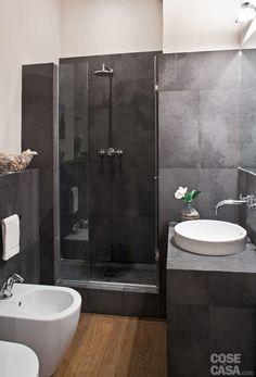 Nell'appartamento di tre locali è stata ripensata la suddivisione interna con accorgimenti che hanno fatto guadagnare spazio per un soggiorno più ampio e un nuovo bagno. Le finiture sono state rinnovate con materiali di pregio.