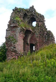 All that remains of Fedderate Castle in Aberdeenshire is a portion of the walls 30 feet high and 6 feet thick - which isn't too bad if you consider that it's thought to have been built around 1257! #castles #history #Scotland