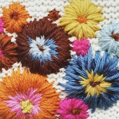 Broderie par Fleur Lyon Lyon, Weaving, Throw Pillows, Knitting, Flowers, Craft, Tapestry, Weaving Looms, Ponchos