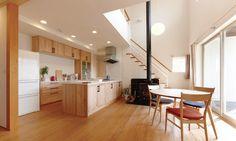 メープルの味わいが、 自然素材の家で深まっていく。   無垢の木のキッチン su:iji(スイージー) Interior Design Living Room, Kitchen, Table, House, Furniture, Home Decor, Bedroom Ideas, Feels, Rooms