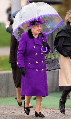 Queen Elizabeth II shelters under an umbrella as attends the opening of the newly developed Jubilee Gardens on October 2012 in London, England. Get premium, high resolution news photos at Getty Images British Style, British Royals, British Prince, Kate Middleton, St Mary Magdalene Church, Kate And Meghan, Elisabeth Ii, Susan Sarandon, Her Majesty The Queen