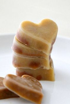 Frozen applesauce treats - a simple and yummy frozen treat kids love! {Great for teething babes} (Also great for me because I love applesauce. Toddler Meals, Kids Meals, Toddler Food, Toddler Recipes, Toddler Stuff, Kid Stuff, Baby Food Recipes, Snack Recipes, Baby Recipes