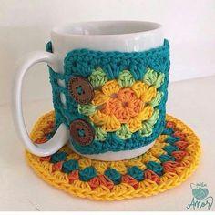 Best 12 Cases cozy coffee mug loom woven by Tracy *not in English – SkillOfKing. Crochet Coffee Cozy, Crochet Cozy, Crochet Gifts, Cozy Coffee, Mug Cozy Pattern, Free Pattern, Crochet Kitchen, Yarn Crafts, Crochet Projects