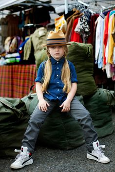 Scott Schumann, better known as The Sartorialist , is sharing the photos he did with his kids for Style Piccoli : very well done, very in. Butch Fashion, Tomboy Fashion, Teen Fashion, Tomboy Style, Tomboy Kids, Kids News, Kool Kids, Sartorialist, Stylish Kids