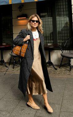 Musa do estilo: Lucy Willams. Maxi blazer xadrez cinza, sobreposição com t-shirt e slip dress, mule nude