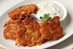 Indické cibulové smaženky (bhajis) s mátovou rájtou Indian Food Recipes, Ethnic Recipes, Tandoori Chicken, Vegetable Recipes, Frittata, Food Inspiration, Cauliflower, Onion, Recipies