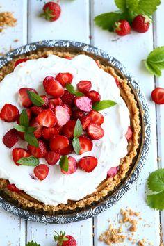 Manoffee eli mansikka-kinuskipiirakka - Suklaapossu Something Sweet, Toffee, Yummy Food, Delicious Recipes, Pie, Cooking, Desserts, Drink, Sticky Toffee