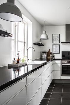 "Køkken i grebsfri model ""Venezia-Zafir Bianco"" (hvid højglans) fra AUBO Køkken & Bad. #køkken"