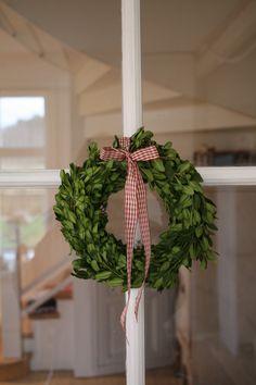 Kransar av lingonris hör julen till. Rutigt band i rött och vitt förhöjer julnivån.