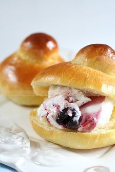 Summer in Italy - the perfect time to have a Sicilian brioche with gelato for breakfast! Italian Cake, Italian Desserts, Italian Foods, Foods To Eat, I Foods, Gelato, Wine Recipes, Cooking Recipes, Sicilian Recipes