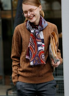 125 Catchiest Scarf Trends for Women in 2017 - Fazhion Street Style, How To Wear Scarves, Mode Style, Look Cool, Scarf Styles, Pull, Winter Fashion, Casual Outfits, Womens Fashion