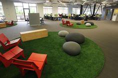 Sztuczna trawa i kamienie w biurze Skype Technologies w Palo Alto. Pracownicy Skypea w przerwie od pracy mają się gdzie zrelaksować.