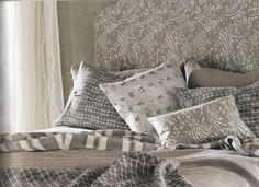 letto imbottito, copriletto e cuscineria realizzato con tessuti Mark Alexander