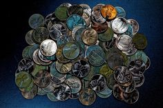 A list of the most valuable pennies that you should be looking for in your change. These 43 pennies found in circulation are worth 1 dollar or more. Valuable Pennies, Rare Pennies, Valuable Coins, Old Coins Worth Money, Old Money, Penny Values, Copper Penny, Coin Worth, Coin Values