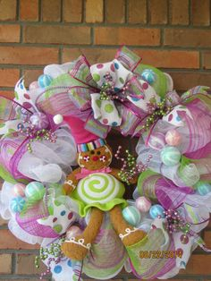 Gingerbread lovers!! this gorgeous wreath was inspire in the GingerBread House decoration , beautiful bright colors , white , light green and