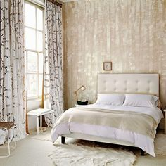 Neutral-bedroom-with-textured-wall-paper-housetohome.co.uk.jpg (550×550)