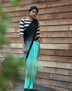 Looking for designer blouse images? Hear are latest trendy blouse models that you can wear with any saree of your choice. Simple Sarees, Trendy Sarees, Stylish Sarees, Fancy Sarees, Cotton Saree Blouse Designs, Fancy Blouse Designs, Blouse Patterns, Saris, Modern Saree