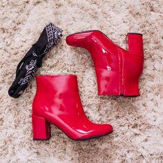 """Desde o ano passado a bota vermelha vem querendo dar o ar da graça, só que somente nesse ano ela conseguiu """"chegar chegando"""" e ganhar um espaço no coração e no closet das pessoas que adoram seguir tendências e apostar em peças diferentes.  Mas, muita gente quer investir em uma e não sabe que look compor com ela, então nessa postagem vim ajudar vocês! Red Boots, Rubber Rain Boots, 1, Booty, Ankle, Closet, Shoes, Fashion, Investing"""