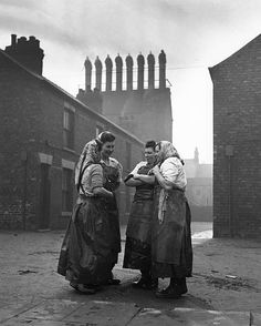 Street talk, Hull, Yorkshire, 1951 - by Bert Hardy - UK Old Pictures, Old Photos, Vintage Photos, First Color Photograph, Street Photography, Art Photography, Newspaper Art, Promotional Design, Old Street