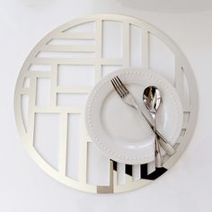 The Nexus placemat in laser cut silver chroma, makes entertaining and tabletop decoration easy and modern. Also available in gold, woodgrain and rose gold.